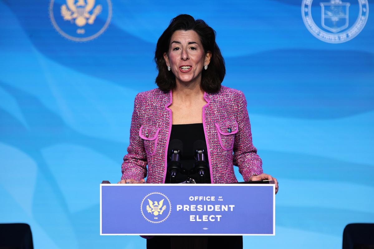 圖為美國商務部長吉娜.雷蒙多(Gina Raimondo)。(Chip Somodevilla/Getty Images)