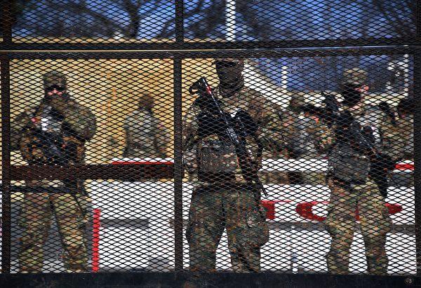 1月19日,美國國會佈滿了國民警衛隊士兵。國會被鐵絲網圍住。 (OLIVIER DOULIERY/AFP via Getty Images)