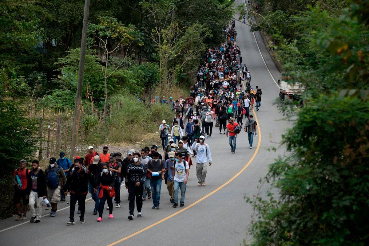 圖為2021年1月16日,在危地馬拉一條道路上行走的洪都拉斯非法移民隊伍,他們正在前往美國。(JOHAN ORDONEZ/AFP via Getty Images)