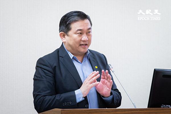 民進黨立委王定宇表示,當前中國正出現「生產鏈、供應鏈、銷售端」的三退潮,只要台灣把握全球供應鏈這波「去共化」的浪潮,相信機會在台灣這裡。(陳柏州/大紀元)