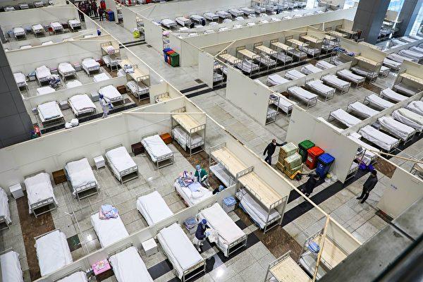 圖為武漢市一家由展覽中心改建的醫院,2月5日醫護人員準備接收更多的感染中共病毒肺炎患者。 ( STR/AFP via Getty Images)