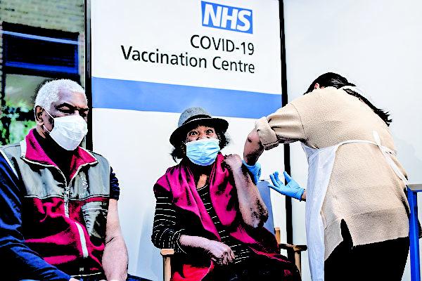 英國倫敦一位81歲的老人接種「中共病毒」疫苗。(VICTORIA JONES/POOL/AFP via Getty Images)