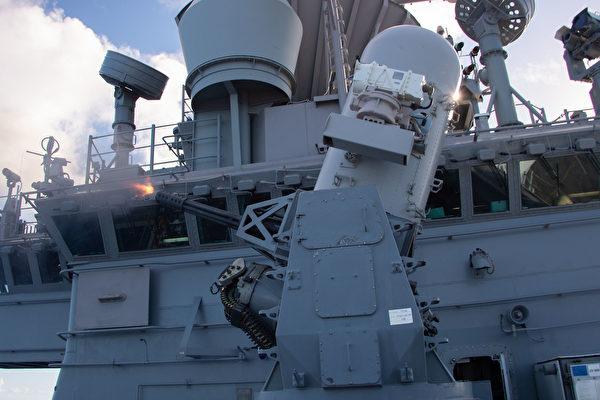 2021年8月27日,美軍的兩棲攻擊艦埃塞克斯號(LHD 2)兩棲戰備群進入第七艦隊區域,在演習中試射近迫方陣武器系統。(美國海軍)