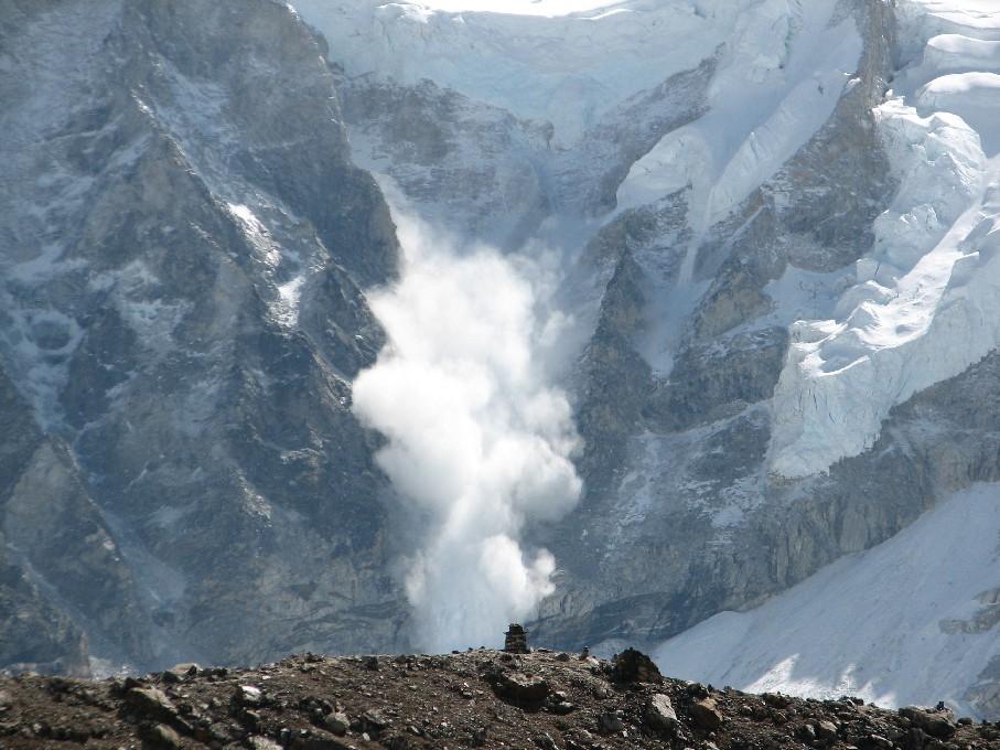 加拿大公園管理局(Parks Canada)表示,3名著名專業登山者在加拿大落基山脈發生雪崩後失聯,官方推定3人已經遇難。圖為雪崩示意圖。(維基百科公有領域)