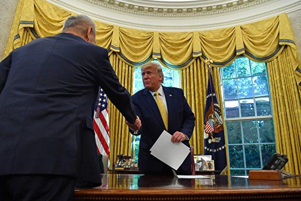 2019年10月11日,特朗普在白宮接見劉鶴帶領的中共貿易代表團。(Nicholas Kamm/AFP)