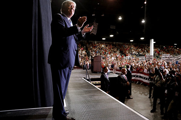 美國總統選舉今天進入倒數衝刺,長達一年多的競選,明天美國選民終於要投下手中寶貴一票。圖為特朗普今天到兵家必爭之地佛羅里達州拉票。(Chip Somodevilla/Getty Images)