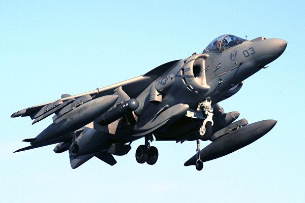 美軍一架AV-8B鷂式戰鬥機(圖)22日在日本沖繩島墜毀。(PHAN SARAH E. ARD/AFP)