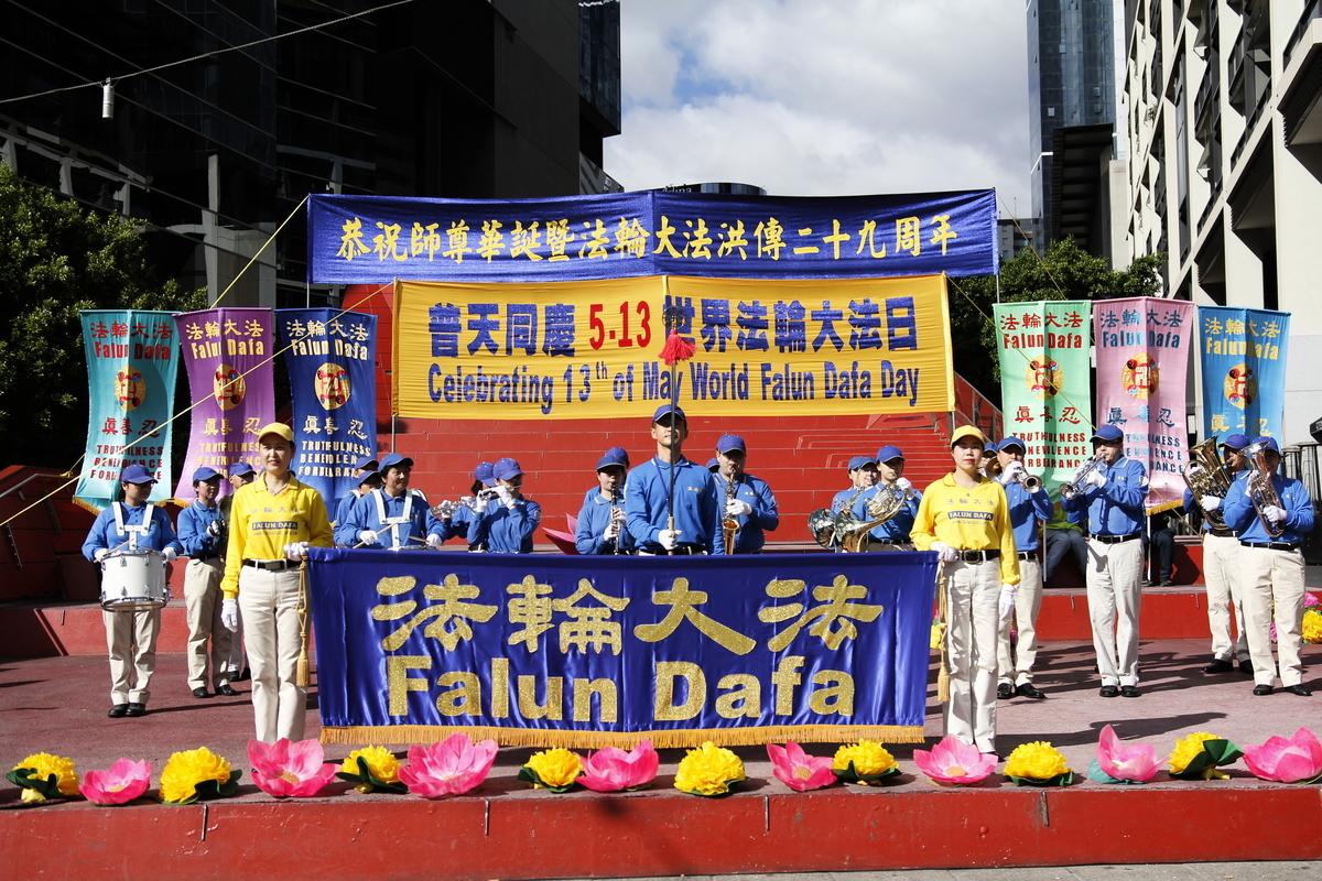 2021年5月8日,墨爾本部份法輪大法學員在市中心女王橋廣場(Queensbridge Square)慶祝5‧13「世界法輪大法日」。(Thoai Nguyen/大紀元)