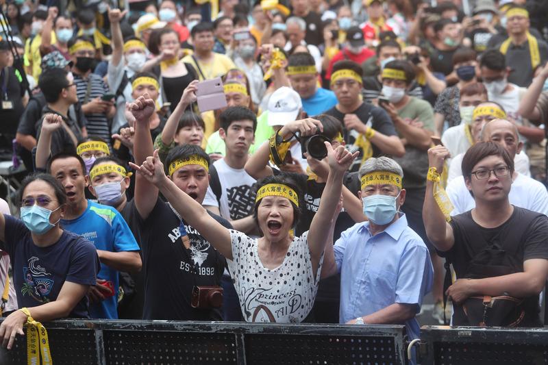 台灣高雄市長韓國瑜罷免案2020年6月6日下午4時截止投票,並展開計票工作,罷韓總部外也舉辦開票活動,大批民眾到場等待開票結果。(中央社)