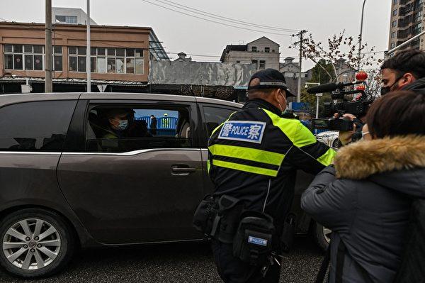 1月31日,世衛專家小組車隊到達武漢已封閉的華南海鮮批發市場,調查中共病毒的來源。(HECTOR RETAMAL/AFP via Getty Images)