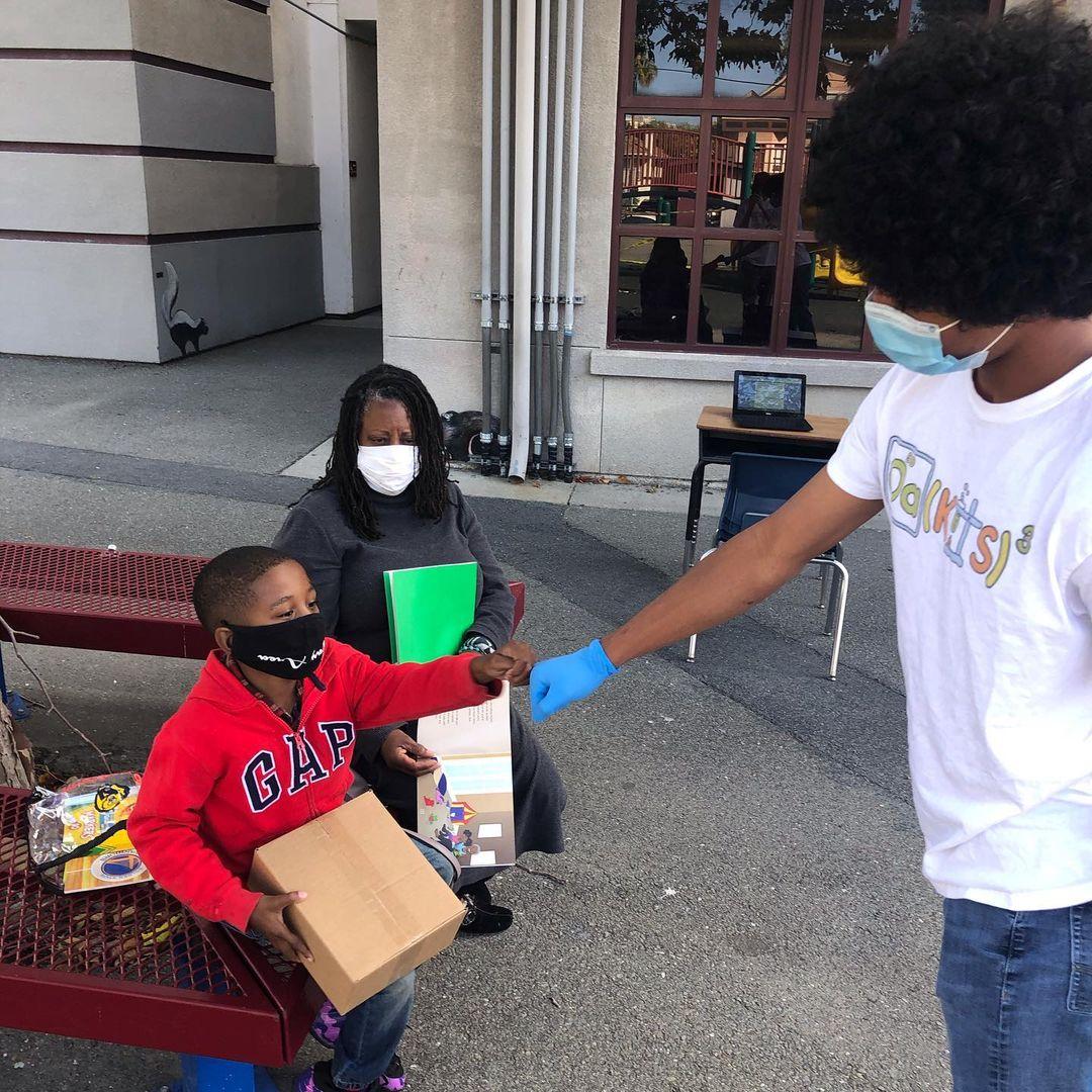 艾哈邁德(Ahmed Muhammad)的數百套工具包已經惠及奧克蘭多所小學。(艾哈邁德提供)