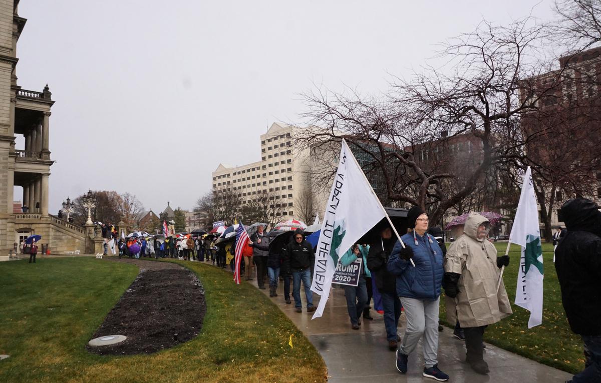 密歇根州耶利哥城牆集會遊行,活動參與者圍繞密歇根州的國會大廈的整個街區遊行七次,祈禱腐敗和選舉舞弊的城牆倒塌。(林慧心/大紀元)