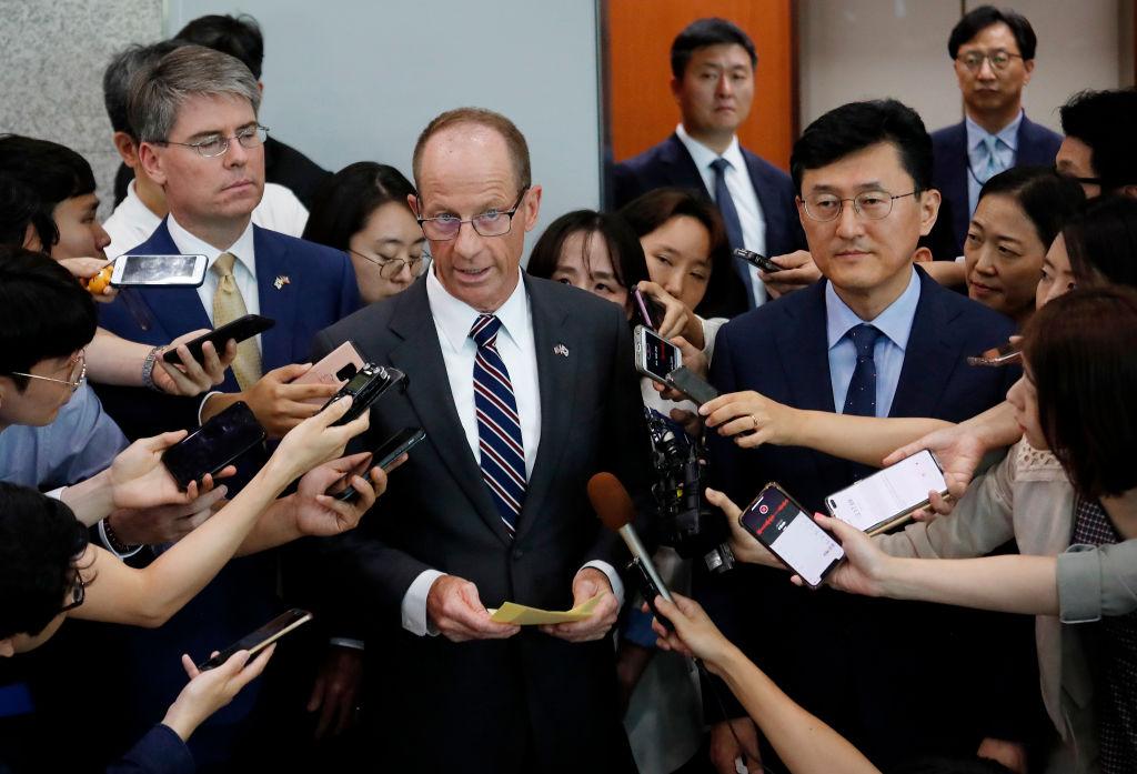 美國東亞與太平洋事務局助理國務卿戴維‧史迪威(David Stilwell,中)。(Ahn Young-joon / POOL / AFP) (Photo credit should read AHN YOUNG-JOON/AFP via Getty Images)