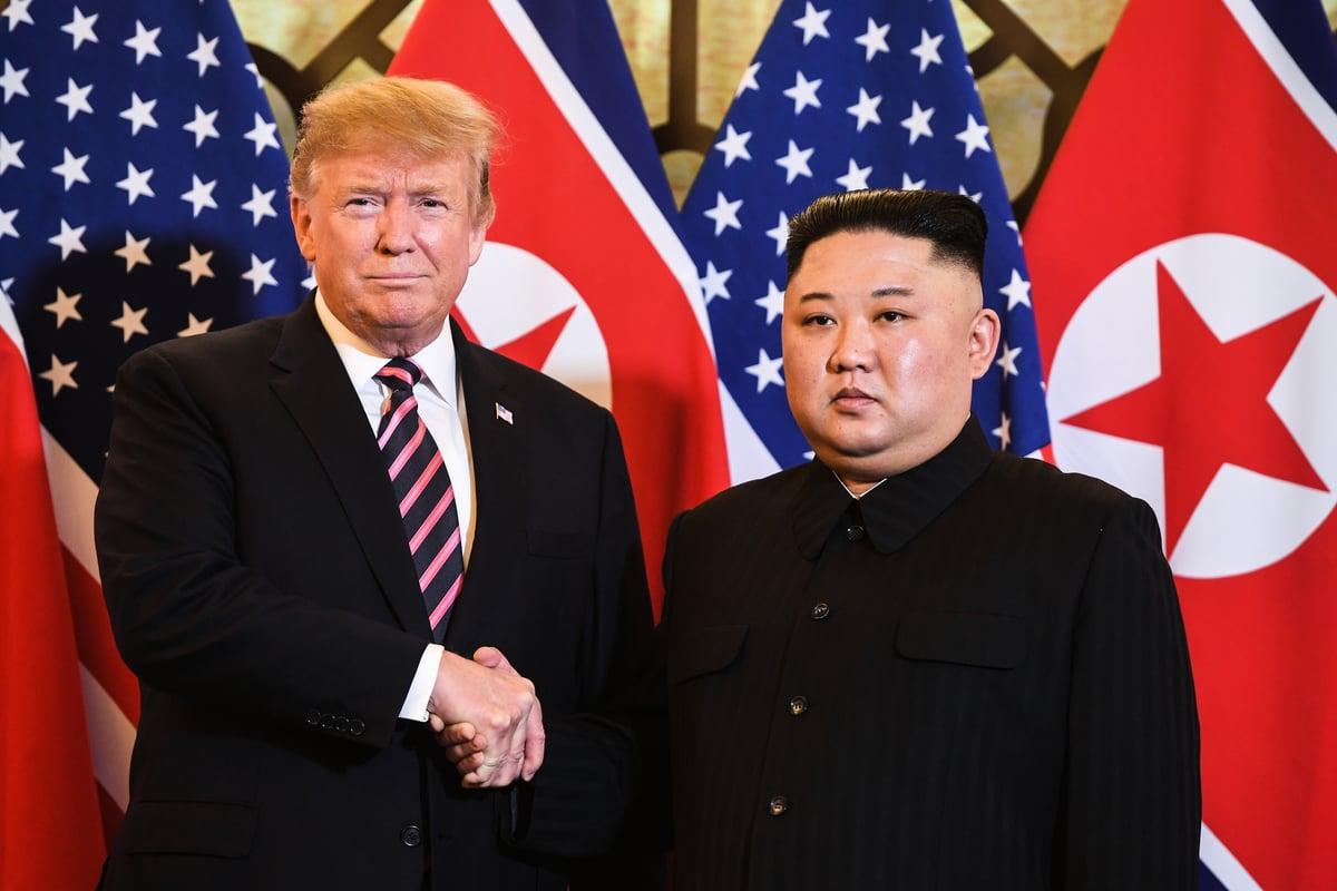特朗普與金正恩周三傍晚進行20分鐘的一對一對話,並共進晚宴。雙方預計周四(28日)展開全面談判,並在會後發表聲明,講述峰會結果。(SAUL LOEB/AFP)