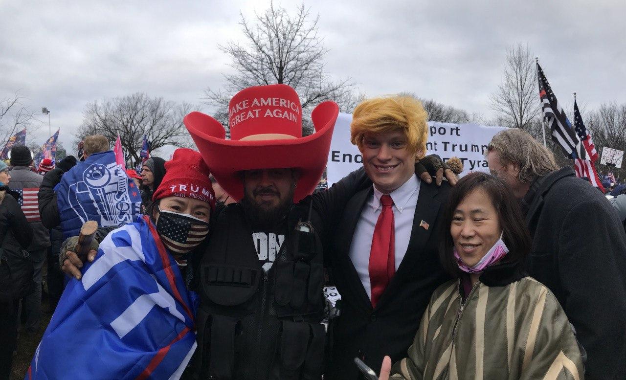 2021年1月6日,黃燕(左一)於國會山莊前守護美國的民眾合照。(黃燕提供)