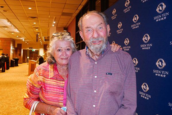 2021年7月31日晚,昆蟲學領域國際權威專家、科羅拉多州立大學教授保爾·奧普勒(Paul Opler)和妻子埃維·巴克納·奧普勒(Evi Buckner-Opler)觀看了神韻巡迴藝術團在科羅拉多州的格里利蒙福特音樂廳(GREELEY Monfort Concert Hall)的第二場演出。(李辰/大紀元)