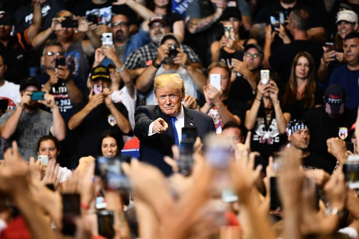 美國總統特朗普在賓夕凡尼亞州集會痛斥假新聞是人民的公敵。(MANDEL NGAN/AFP/Getty Images)