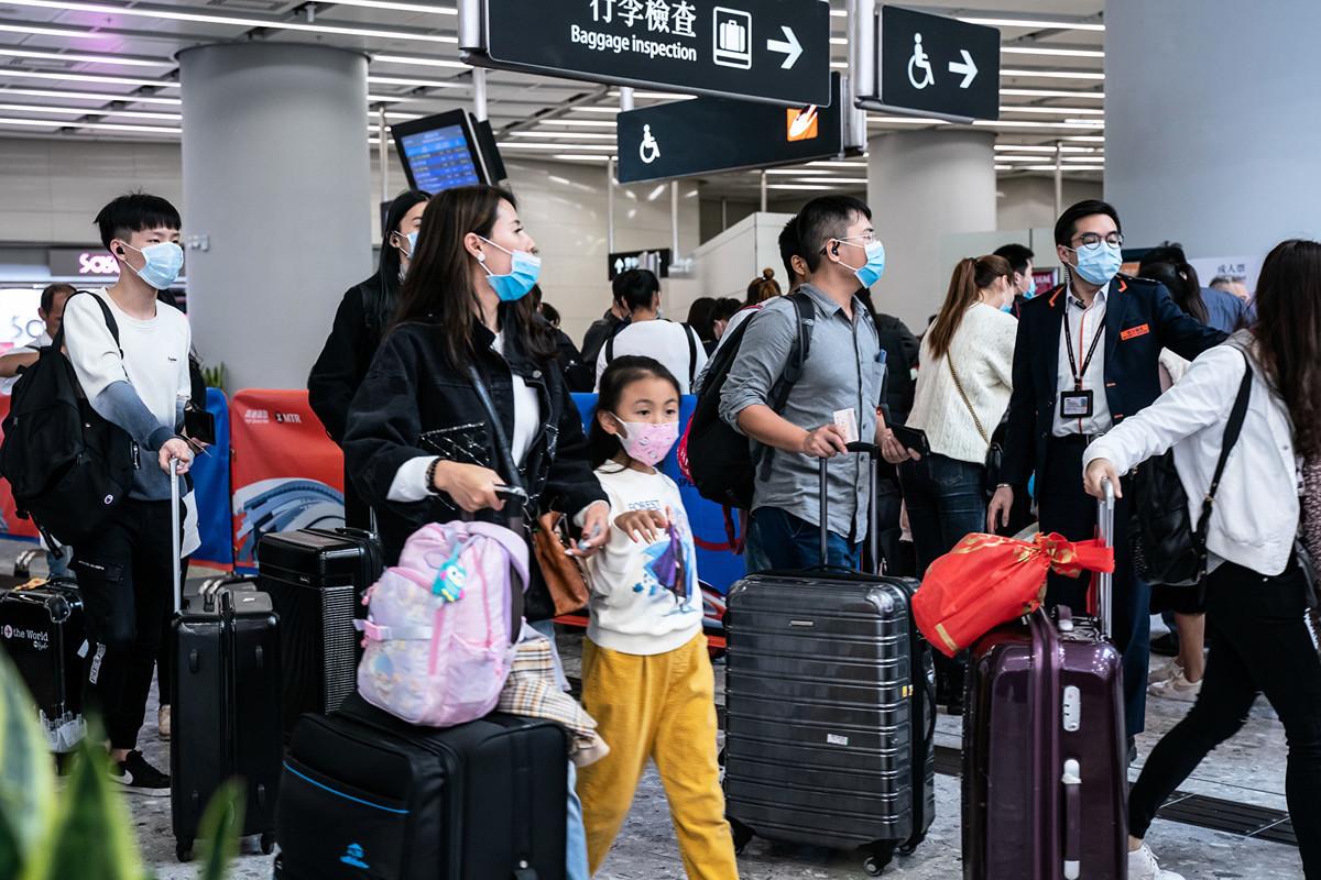 中共肺炎(俗稱武漢肺炎、新冠肺炎)擴散,當局封城,很多人選擇「走為上策」。(Anthony Kwan/Getty Images)
