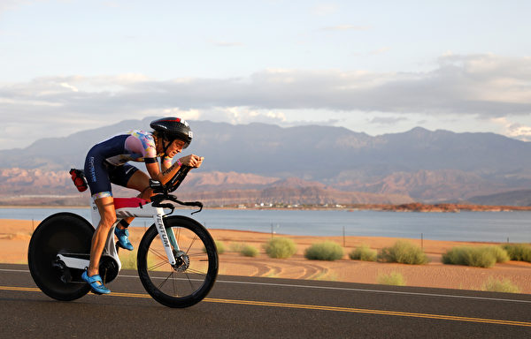 2021年9月18日,美國猶他州聖喬治(St. George),「鐵人70.3世界錦標賽」(IRONMAN 70.3 World Championship)期間,美國選手萊斯利‧史密斯(Lesley Smith)正在騎單車。(Patrick McDermott/Getty Images for IRONMAN)