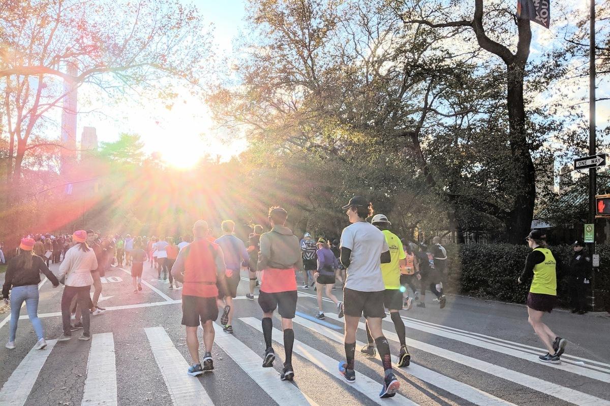 2019年11月3日舉辦的紐約馬拉松(New York City Marathon),跑者行經紐約市中央公園。(黃小堂/大紀元)