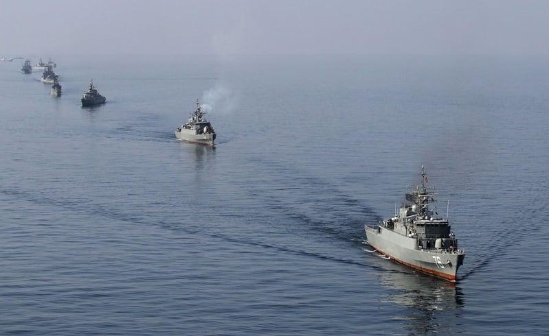2012年1月3日,伊朗海軍船隻在霍爾木茲海峽(Strait of Hormuz)進行「Velayat-90」海軍演習。(AFP PHOTO/JAMEJAMONLINE/EBRAHIM NOROOZI)