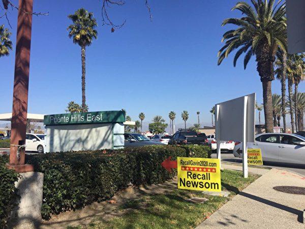 在過去的幾個月內,加州各個城市的主要街道、購物商場前、海灘、公園等地,都可見到「罷免紐森」的徵簽點。(義工提供)
