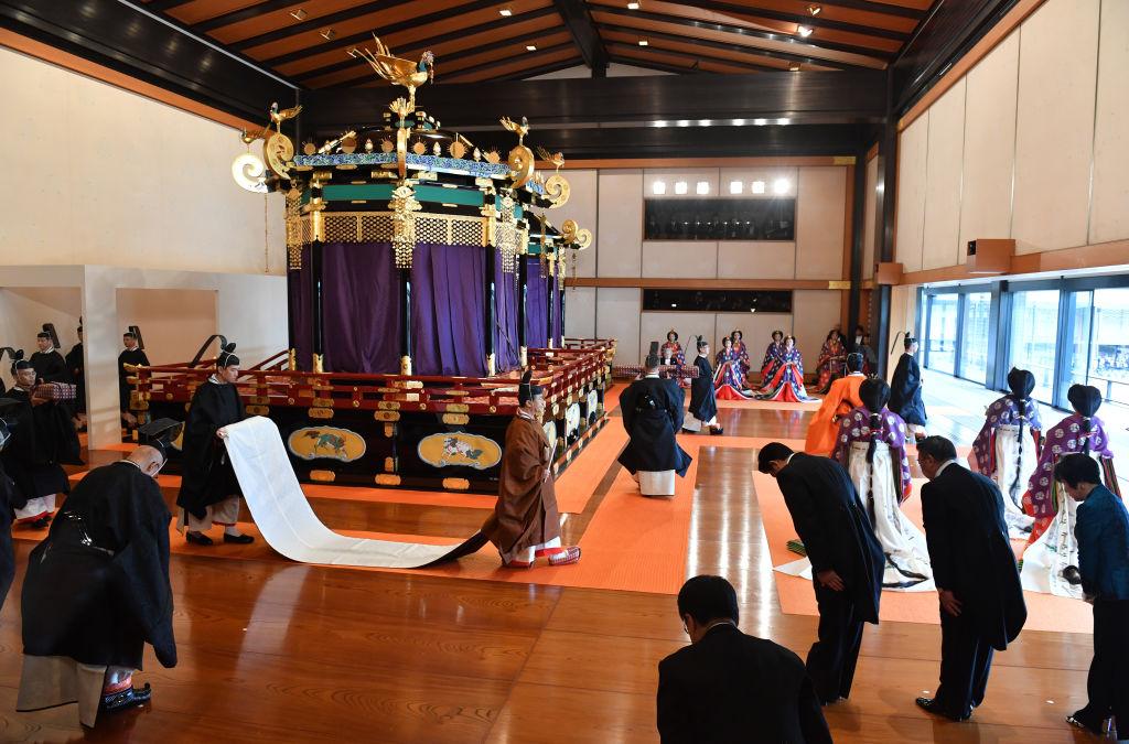 第126代日王德仁,於10月22日在王宮「松之間」舉行登基大典,藉由傳統儀式,向日本國內外正式宣告即位,共有來自一百多個國家的兩千多位嘉賓觀禮。(Kazuhiro Nogi/Pool/Getty Images)