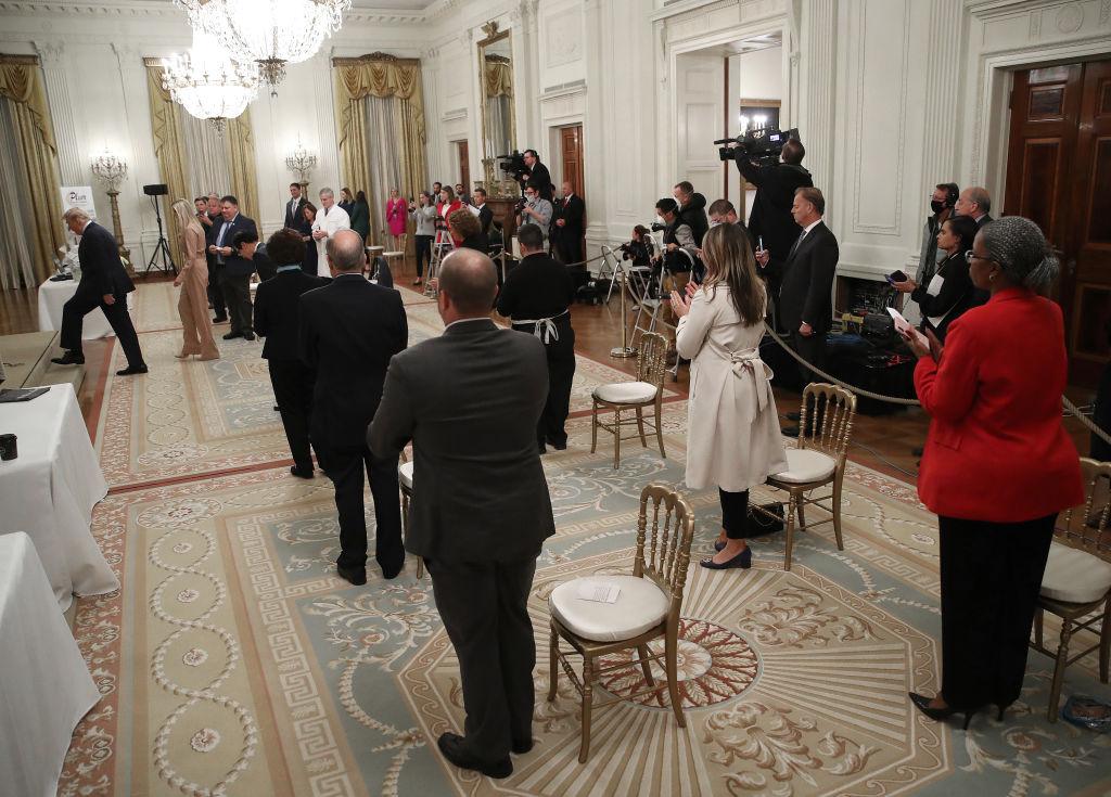 美國總統特朗普周二(28日)在白宮會見小企業主和僱員一行時說,中共病毒(COVID-19)疫情給美國帶來的「最壞的日子,已經過去」。(Win McNamee/Getty Images)