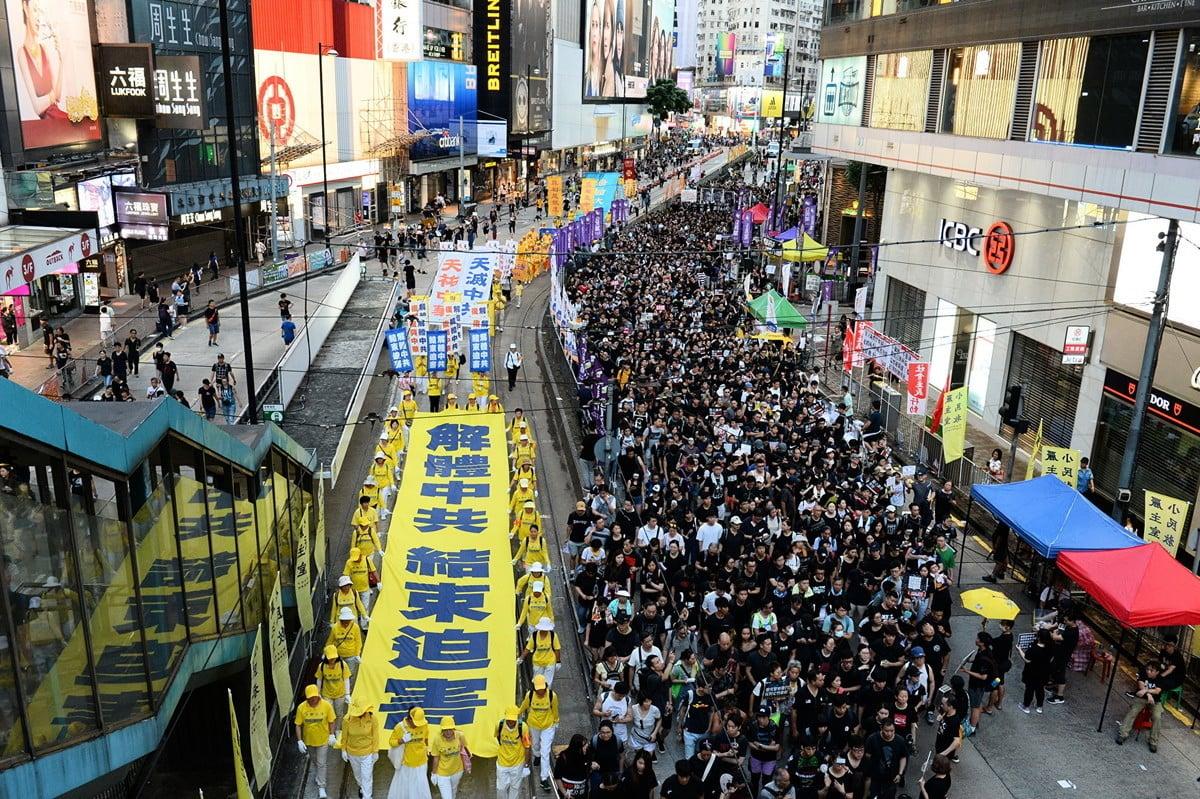 法輪功學員參與今年香港七一大遊行,隊伍中「解體中共 結  束迫害」的巨型向天橫幅震撼人心。(宋碧龍/大紀元)
