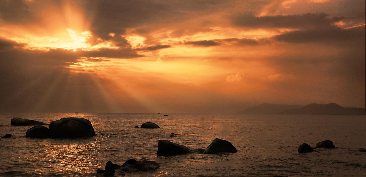 「二世人」唐江山出生在海南島。圖:海南日落。 (pixabay)
