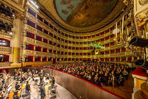 1月11日,美國神韻巡迴藝術團在意大利那不勒斯的演出深受觀眾喜愛。(吳青松/大紀元)