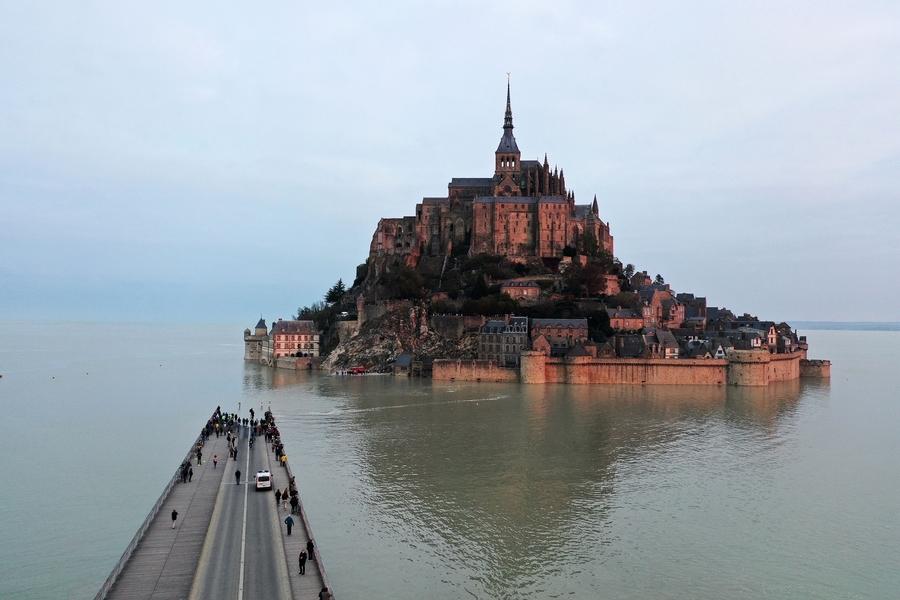 組圖:潮水淹沒橋樑 法國聖米歇爾山再成孤島
