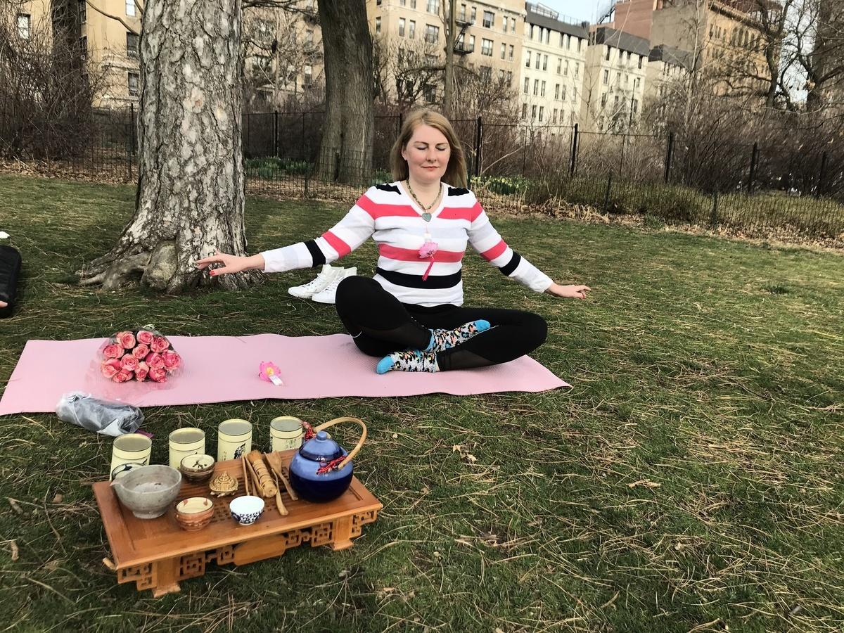 白人學員Tatiana學習法輪功一年,經常去中央公園煉功。(戴志珍提供)