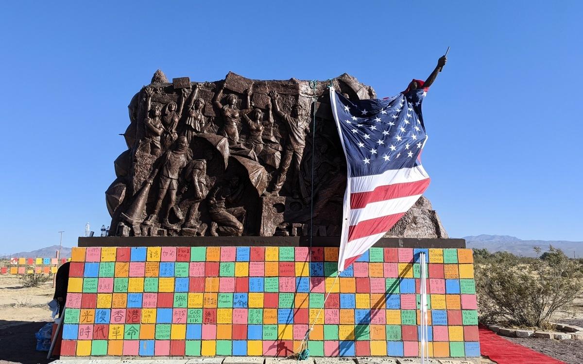 2020年8月29日,雕塑家陳維明在多位義工幫助下,歷時半年完成的大型作品「光復香港時代革命」在加州自由雕塑公園落成。(徐綉惠/大紀元)