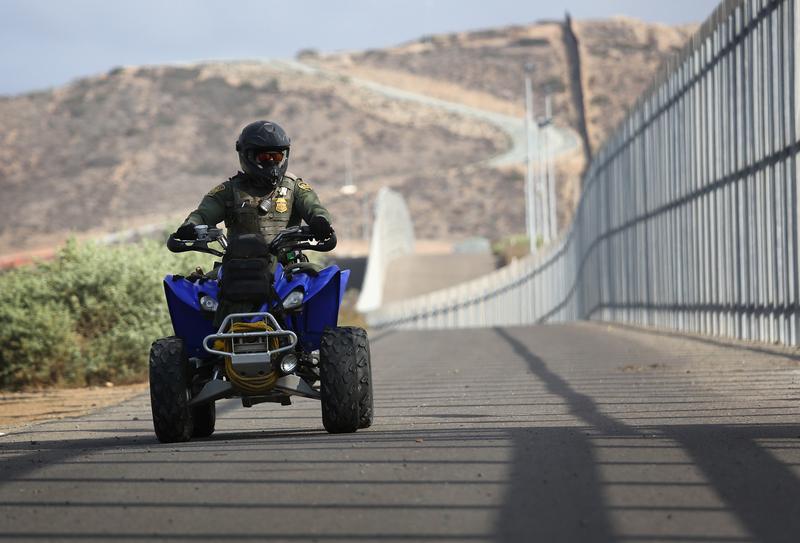 圖為在加州聖地牙哥位於美國和墨西哥邊境地帶巡邏的美國邊境執法人員。(John Moore/Getty Images)
