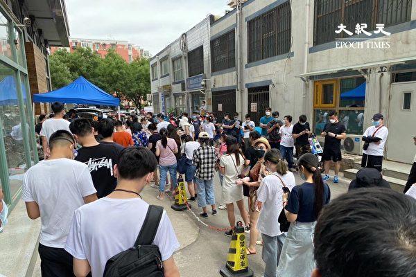 2020年6月16日,北京朝陽區排長隊等待檢測的人。(大紀元)
