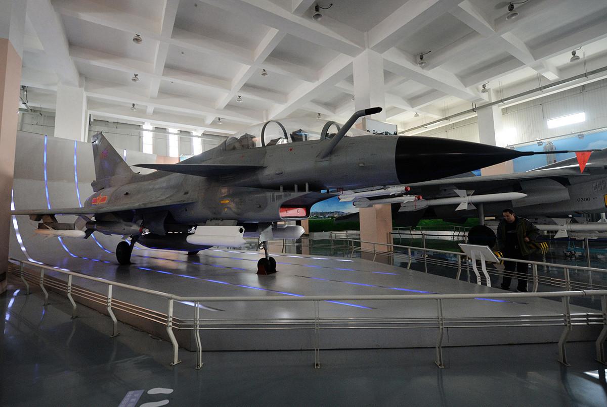有相當多的證據表明,殲10的發展很大程度上得益於1980年代以色列用美國發動機開發的噴氣戰鬥機。 (Photo credit should read MARK RALSTON/AFP via Getty Images)