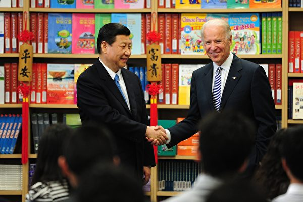 2012年2月17日,時任美國副總統祖·拜登(Joe Biden,右)與來訪的習近平握手。(FREDERIC J. BROWN/AFP via Getty Images)