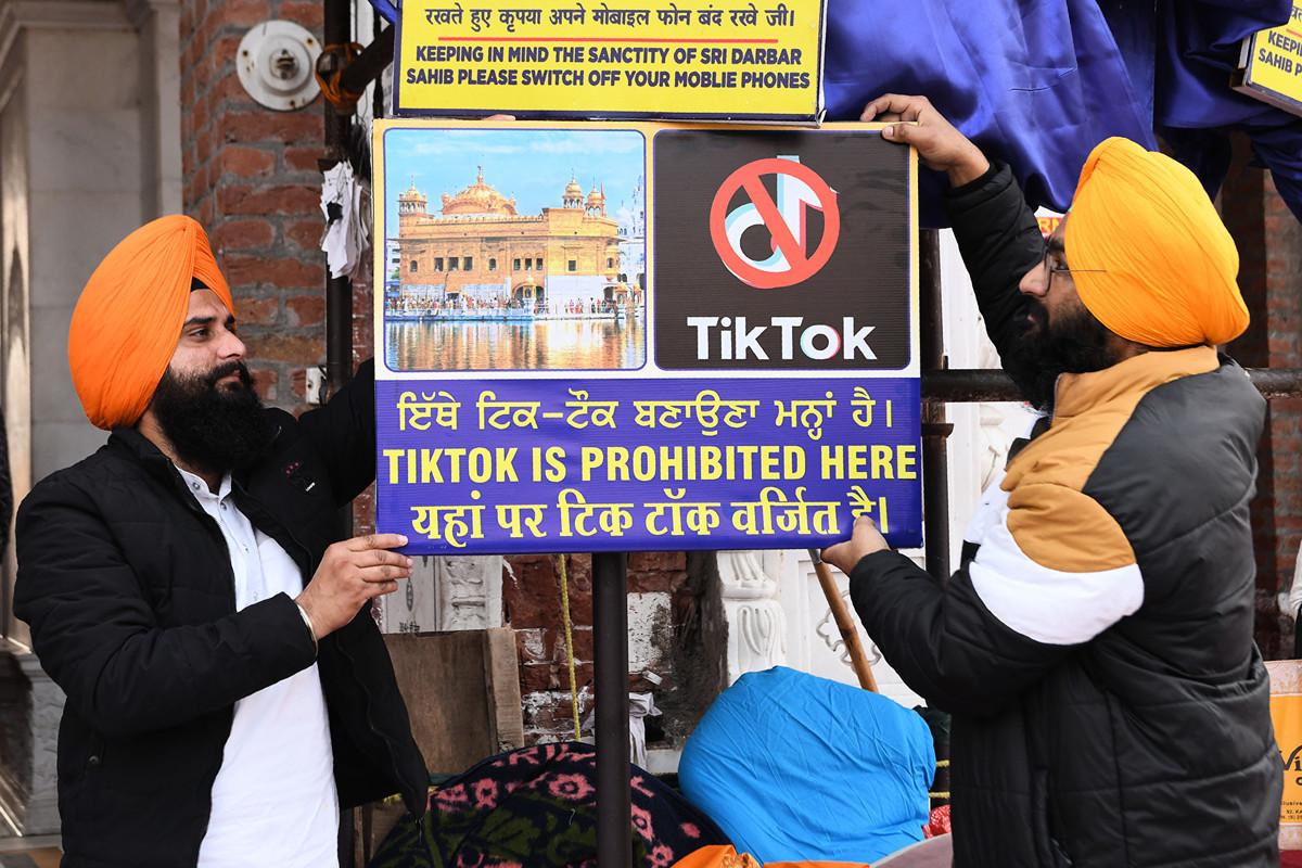 在印度宣佈禁用TikTok(抖音海外版)後,包含美國在內,國際間也傳出禁用聲浪,而印度公司推出的Roposo、總部位於紐約的Dubsmash等App的下載量激增。圖為印度人禁用TikTok的標語牌。(NARINDER NANU/AFP)