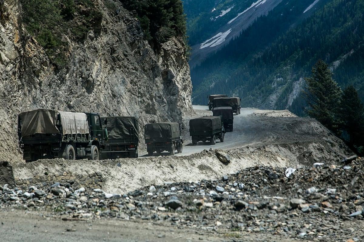 2021年6月13日,印度軍方運載增援部隊和物資車隊,正駛向與中國接壤的地區。(Yawar Nazir/Getty Images)
