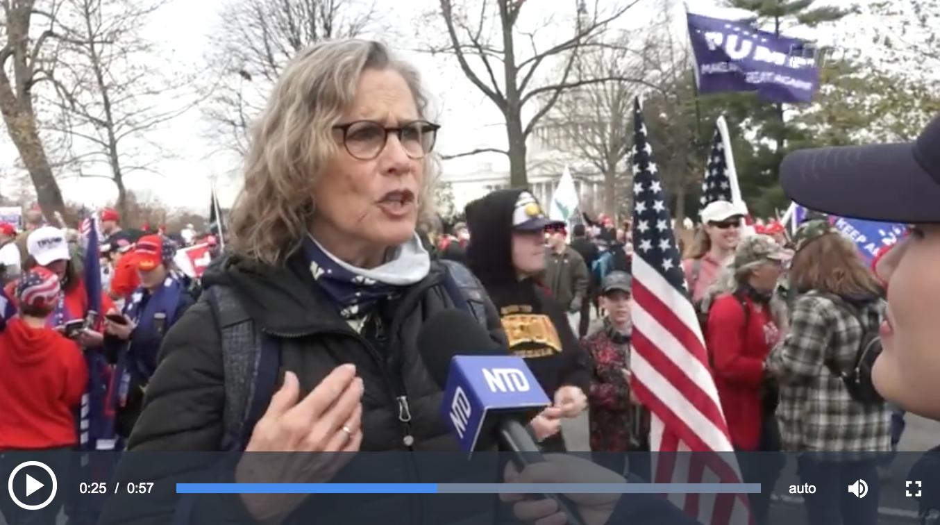 一位高中歷史教師Lisa Hunter在華盛頓DC的集會上告訴新唐人記者,孩子們在學校被教導「美國不好,社會主義好」。(新唐人電視台影片截圖)