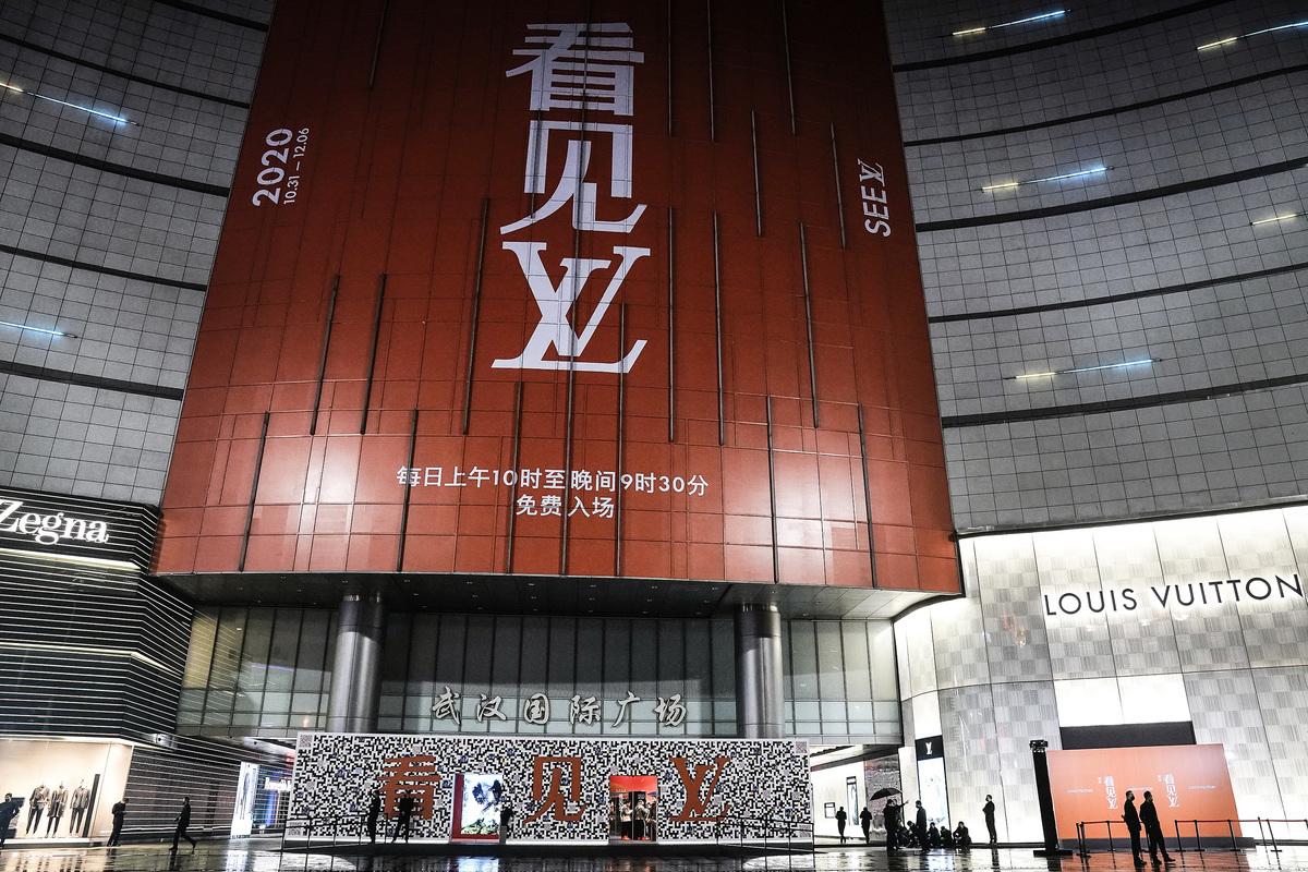 瑞典時裝品牌H&M拒用新疆棉事件延燒到其它多個國際品牌後,大陸網絡出現巨大反差。圖為2020年10月30日,LV全球巡展「看見LV」首站武漢的展覽現場。(Getty Images)