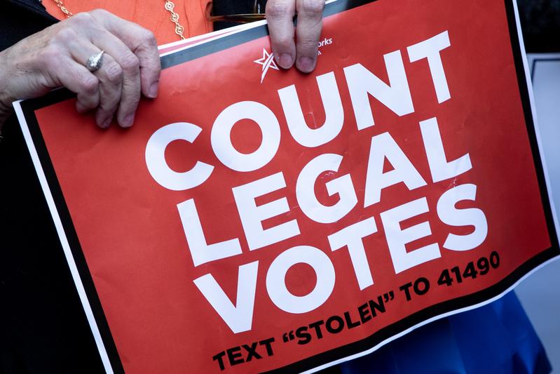 特朗普團隊建議賓夕凡尼亞州聯邦地區法官馬修・布蘭(Matthew Brann),讓該州立法機構來指定選舉人團中的選舉人進行投票。2020年11月5日,賓夕凡尼亞州費城,特朗普的支持者舉著「計算合法選票」的展板,抗議點票不公。(Chris McGrath/Getty Images)