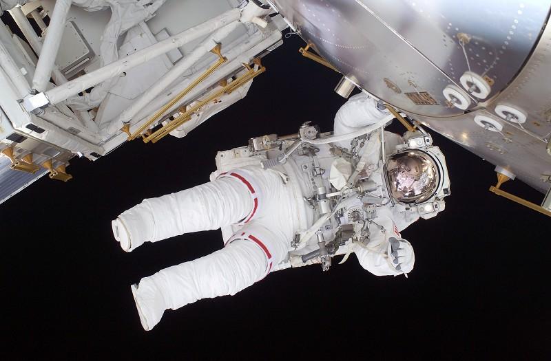 2009年9月1日,發現號航天飛機太空人的太空行走。(Photo by NASA via Getty Images)