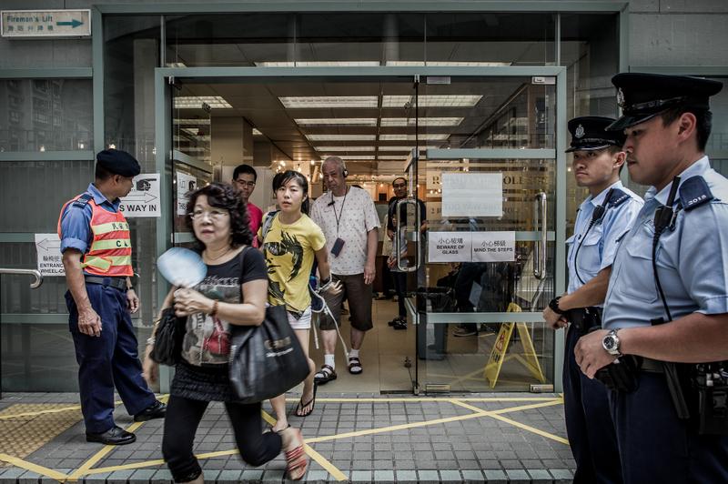 圖為2016年9月9日香港第五屆立法會選舉,選民走出一投票站。(Philippe Lopez/AFP)