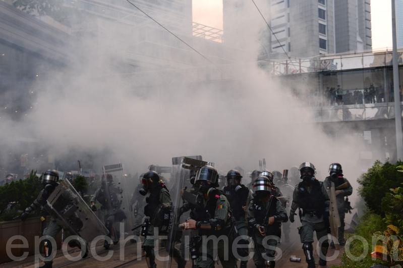 2019年9月29日「9.29全球抗共」遊行活動。港警在金鐘狂抓捕抗爭者。催淚彈隨處發射。(宋碧龍/大紀元)