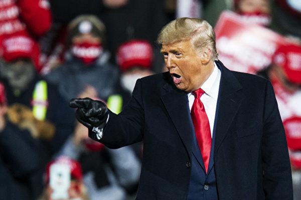 近日,林伍德發了一張圖片並附文說,特朗普總統將擊敗所有對手,取得勝利。圖為特朗普於2020年10月31日在賓夕凡尼亞州競選集會上演講。(Eduardo Munoz Alvarez/Getty Images)