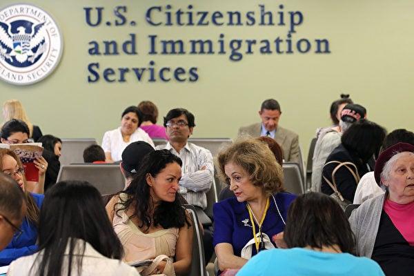聯邦政府收緊政策,H-1B工作簽證申請要求補件成常態。(John Moore/Getty Images)