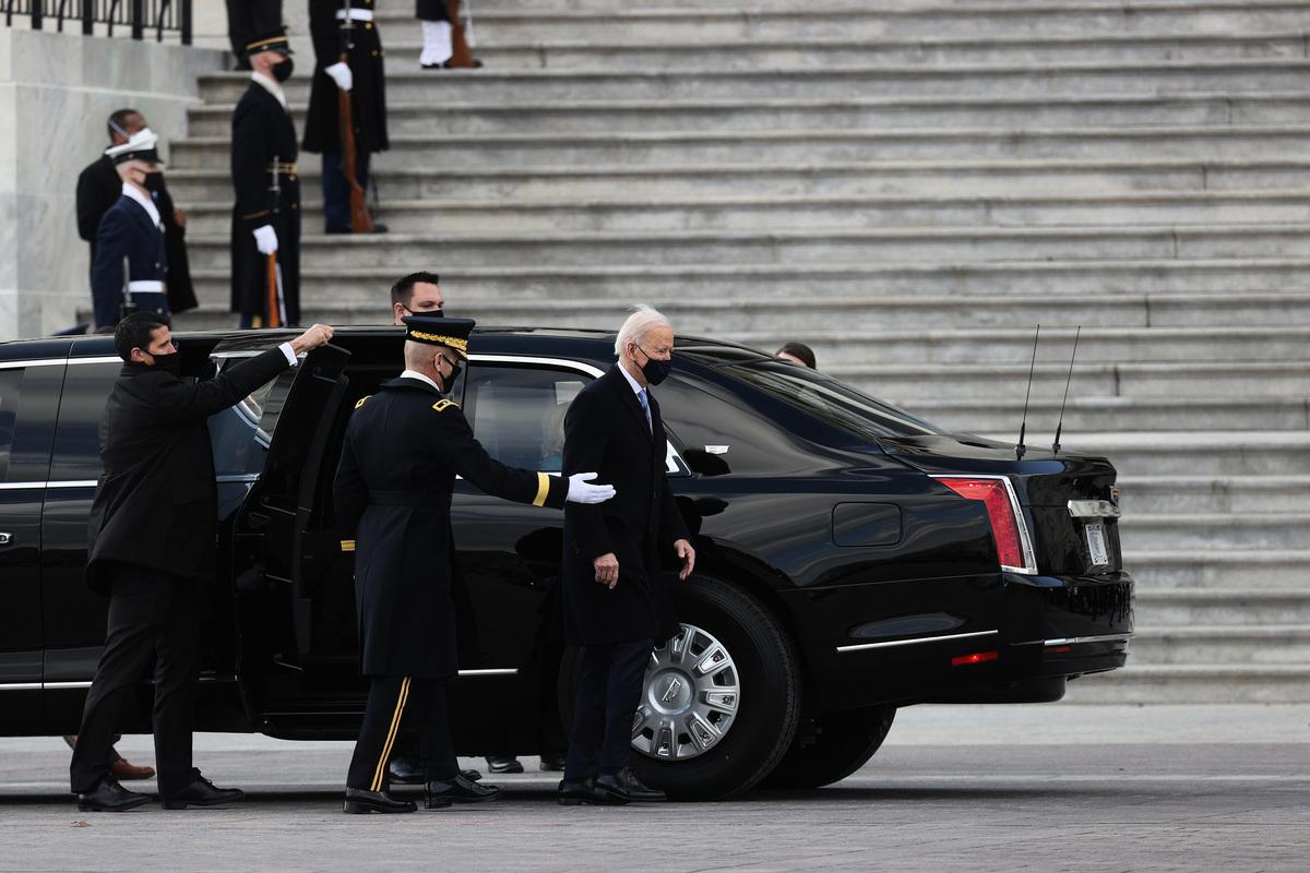 2021年1月20日,美國總統拜登在華盛頓特區舉行就職典禮後,在出發前往阿靈頓國家公墓前,站在總統豪華轎車旁。(Joe Raedle/Getty Images)