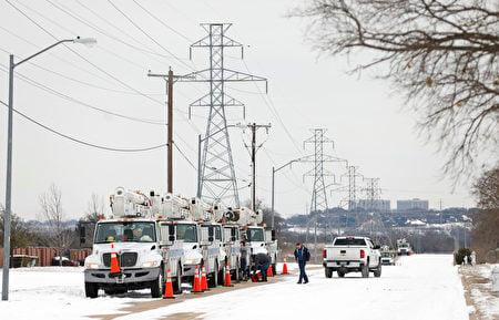 2021年2月16日,德州沃思堡,電氣公司維修車在暴風雪後,準備修復供電。冬季風暴給德州帶來了歷史性的寒冷天氣和大規模斷電。(Ron Jenkins/Getty Images)